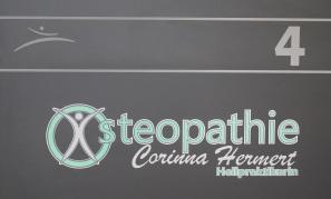 Folienbeschriftung Praxistür Osteopathie Hermert